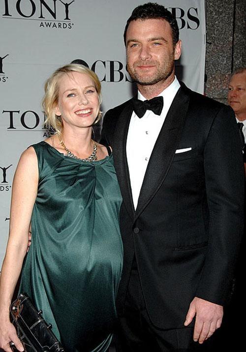 Наоми Уоттс... Отец ребенка - актер Лив Шрайбер.39-летняя британская актриса всегда была сексуальной, и даже беременность негативно не отразилась на ней. Сын Александр родился у нее в июле этого года.